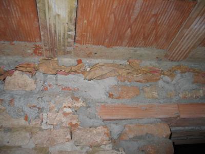 """Dettaglio della zona che ha subito gli interventi di """"consolidamento"""". Si evidenzia bene l'attacco del tetto in laterocemento con l'esistente apparato murario in mattoni pieni"""