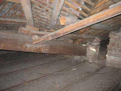 Struttura originaria del tetto e dell'ultimo solaio (rinvenuta in zona non oggetto del consolidamento). I nodi strutturali del tetto sono certamente disordinati, sicuramente non stabili ed andrebbero senza dubbio ancorati, consolidati e rinforzati