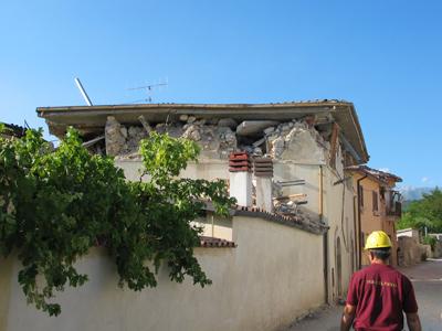 Il primo piano della casa non esiste più schiacciato dal tetto quasi intatto