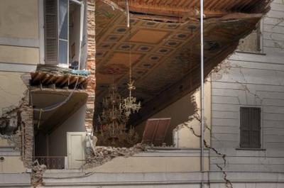 Sant'Agostino. Lo splendido soffitto del Municipio: il lampadario di vetro di Murano di Italo Balbo si è salvato. Fonte: web