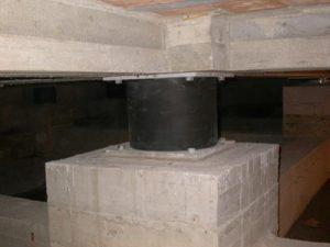 Isolatore sismico che separa l'edificio dal suolo