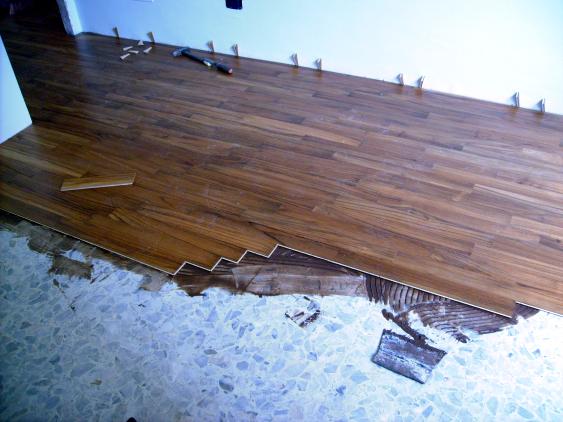 Lavori in casa: posare un pavimento nuovo su un pavimento esistente