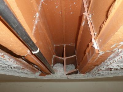 Sfondellamento del solaio: rottura del fondello a causa della realizzazione di tracce per inserimento di un impianto