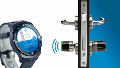 Lo smartwatch LG usa BlueID per aprire il cilindro elettronico Libra Smart di ISEO