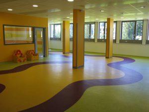 Scuole: dal verde esterno ai colori del pavimento per il benessere dei ragazzi