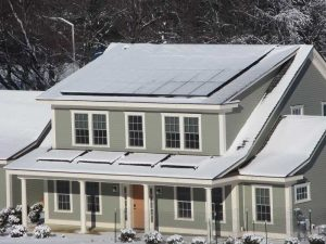 """Questa casa, costruita dal National Institute of Standards and Technology  Washington D.C., è una """"test-house"""", ovvero una casa costruita per studiare le prestazioni energetiche effettive di impianti, tecnologie e soluzioni per l'efficienza energetica. All'interno della casa """"abita"""" una famiglia virtuale di 4 persone: i ricercatori simulano infatti i consumi di una nucleo abitativo composto da 2 genitori e 2 figli che si lavano, cucinano, accendono le luci e guardano la televisione come una normale famiglia americana. Ad un anno dall'inizio dell'esperimento, la casa ha prodotto un surplus di energia di 491 kilowattora."""
