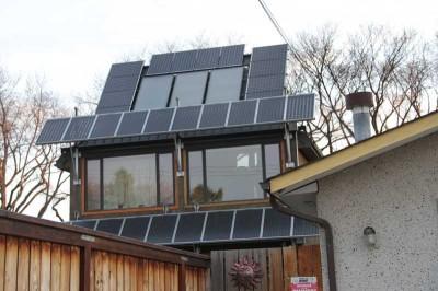 Grazie ad accorgimenti semplici come l'esposizione a sud, finestre ad alta efficienza e il pavimento in cemento che trattiene il calore, e all'istallazione di pannelli fotovoltaici e solari, questa casa riesce a produrre più energia di quanta ne consumi.