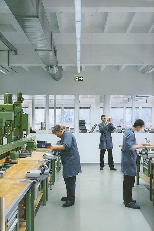Ambiente di lavoro illuminato e segnalato con apparecchi forniti di accumulatori ricaricabili per funzionare anche in casi di blackout (documentazione e produzione ZUMTOBEL).